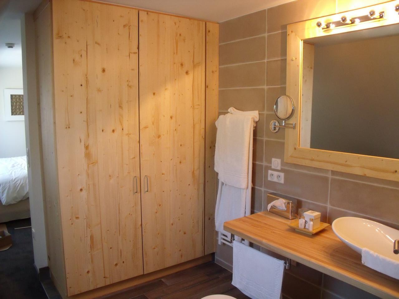 Salle de bain, miroir et placard